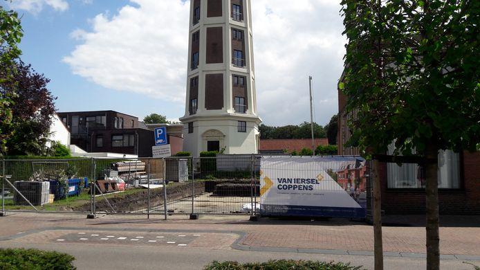 De bouw van de winkel en de appartementen bij de watertoren is begonnen.
