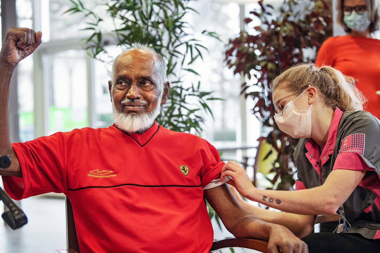Jamiel Ramzam (74), die in een verpleeghuis in Haarlem woont, krijgt zijn vaccinatie tegen covid-19. Beeld Guus Dubbelman / de Volkskrant