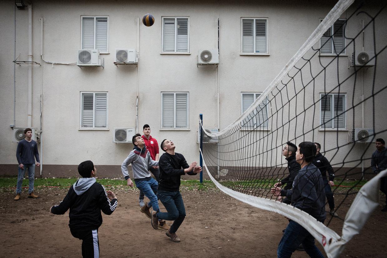 Arabisch-Israëlische jongens sporten bij Givat Haviva.  Beeld Daniel Rosenthal