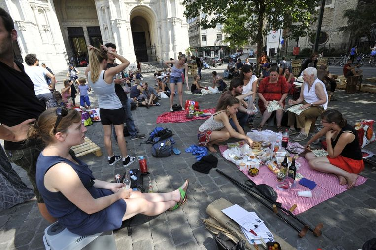 De actievoerders vormden het plein om tot picknickweide.