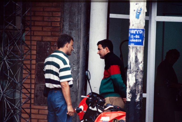 Misdaadjournalist Peter R. de Vries naast Heinekenontvoerder Frans M.  Beeld Paul Tolenaar