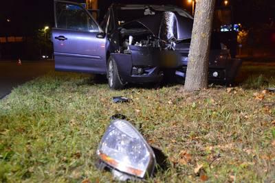 Auto ramt boom in Breda: twee gewonden