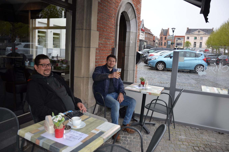 Davy en Andy op het terras van The New Prior
