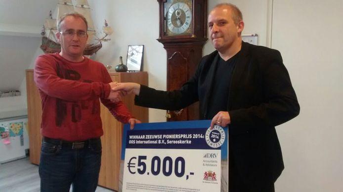 OOS-drecteur Léon Overdulve overhandigt de cheque van de PioniersPrijs aan Arjan van Westen.