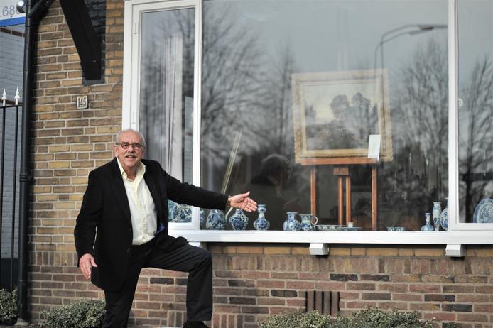 Hans Bregman met achter hem zijn galerie.