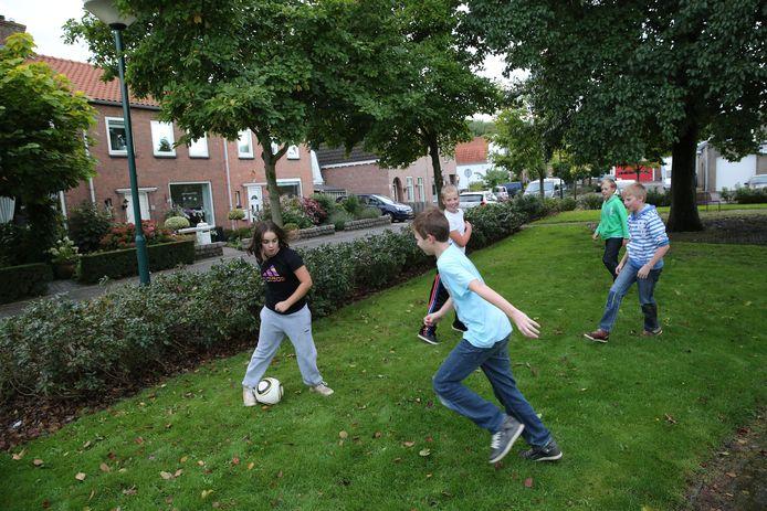 Archiefbeeld: Jongens spelen een potje voetbal in het plantsoen