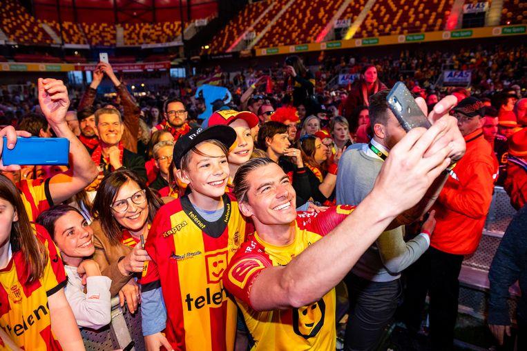 KV Mechelen-speler Seth De Witte viert de bekerwinst met de supporters. Beeld Photo News