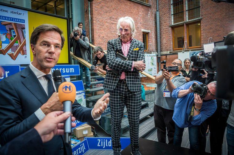 Freek de Jonge overhandigde Rutte de ruim 200.000 getekende petities.  Beeld Kees van de Veen