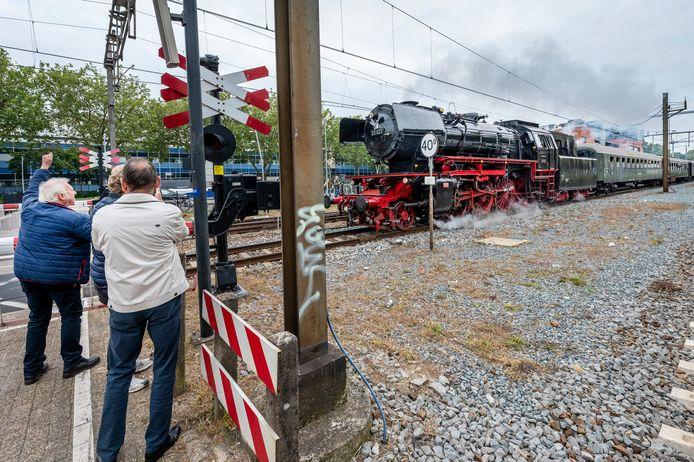 De stoomtrein wordt enthousiast verwelkomd bij het station in Oss. De trein stopte hier evenwel niet, maar reed rechtstreeks door naar Nijmegen.