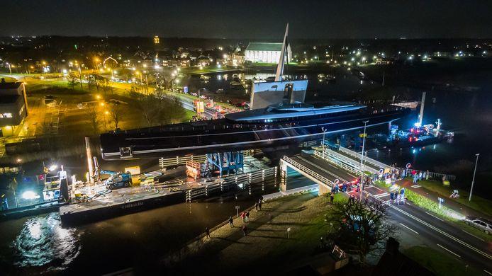 De Sea Eagle II ging woensdagavond door de Vollenhoverbrug. Daar ligt het nog steeds afgemeerd omdat verder varen te riskant is door de harde wind.