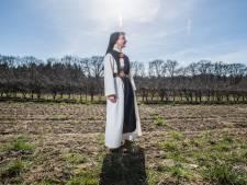 Trappistinnen leiden mensen rond bij nieuwe natuurbegraafplaats bij Arnhem