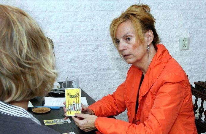 Annemiek Netten uit Tilburg is spiritueel coach en werkt met Tarotkaarten.foto Clemens Le Blanc