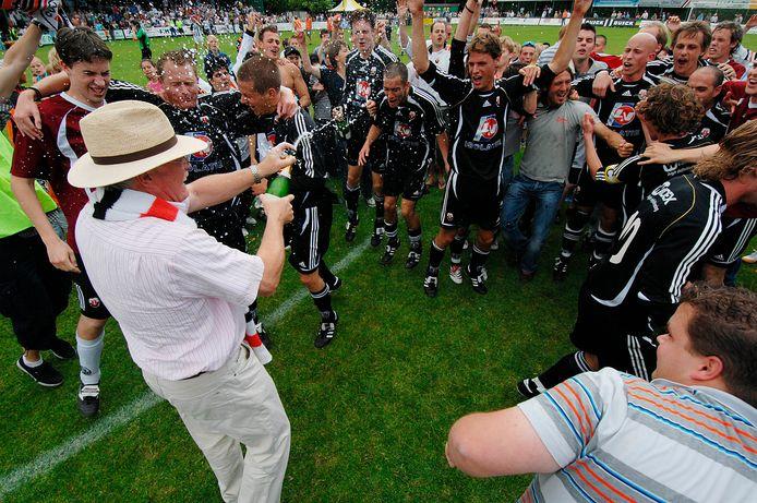 Toenmalig voorzitter Gerard Wolters van Jodan Boys trakteerde de naar de hoofdklasse gepromoveerde Goudse selectie op een champagnedouche.