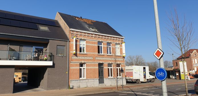 De brand brak uit aan het dak. De woning werd onbewoonbaar verklaard.