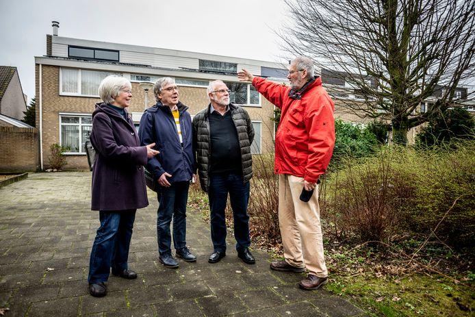 Vier bewoners bij een van de huizenblokken die deel zijn van de 'proeftuin': (vlnr) Anneke van Luijken, Mathieu Gardeniers, Herman Bruggeman en Manu Zantkuijl.   BIJFOTO:
