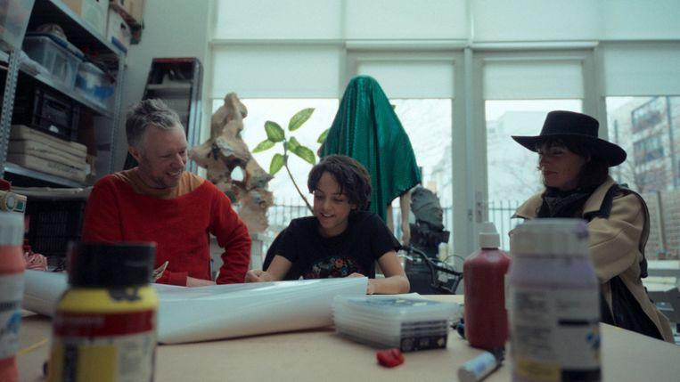 Chadi (11) met Aukje Dekker in het atelier van Folkert de Jong. Beeld VPRO Moonriders