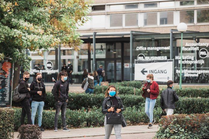 Hogescholen UCLL en PXL wachten niet tot de herfstvakantie en voeren 'code oranje' nu al door, mét totale mondmaskerplicht.
