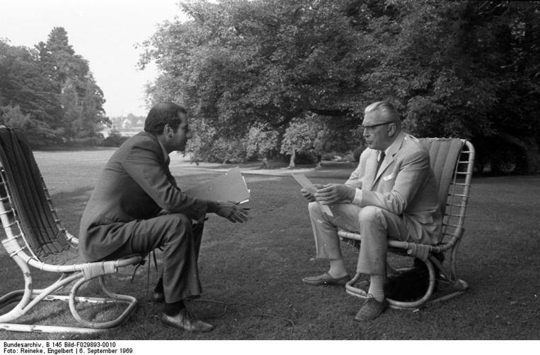 Kanselier Kurt Georg Kiesinger (rechts), in 1969 geïnterviewd voor de Franse televisie. Beeld Bundesarchiv