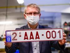 """Le début d'une nouvelle ère: les plaques d'immatriculation """"2"""" arrivent sur les routes"""