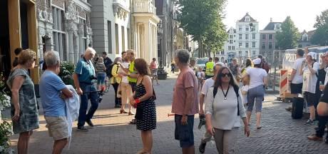 Bezorgde Deventenaren maken bij stadhuis herrie over windmolens én uitspraken wethouder