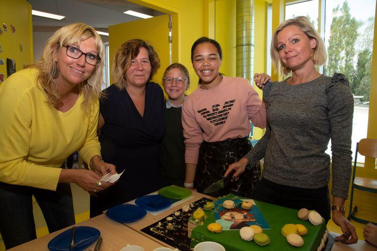 De lancering van het boek met cd vond plaats in de Go! Basisschool 'Flora' in Merelbeke en dat is geen toeval. Erika Franck (tweede van rechts), leerkracht op de school, is de mama van Anneleen Lambrecht (naast haar).