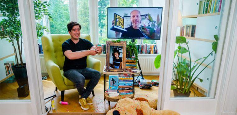 Buddy Tegenbosch viert vanuit thuis zijn ontvangst van de Prijs van de Jonge Jury.  Beeld Marco de Swart