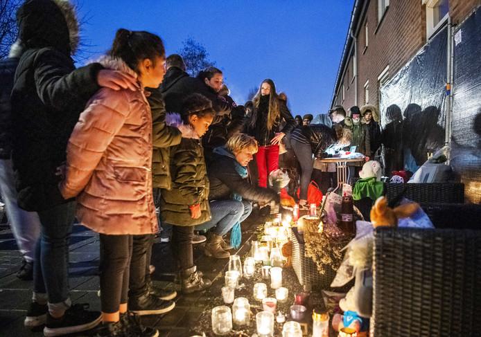 Belangstellenden tijdens een stille tocht ter herdenking van de 12-jarige Bekiro G., die in Arnhem werd doodgestoken door zijn vader.
