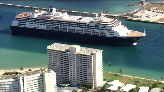Het cruiseschip De Zaandam van rederij Holland America Line mocht pas na bemoeienis van president Trump een haven in Florida binnenvaren.