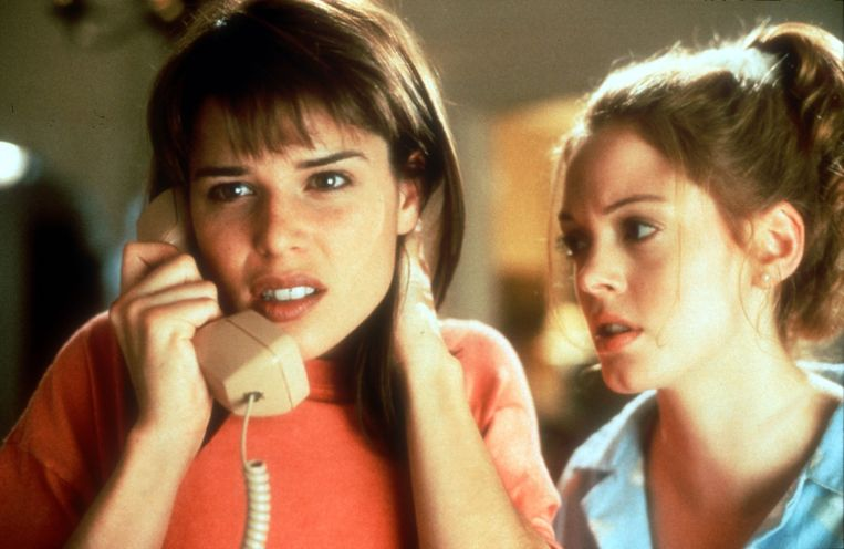 Neve Campbell (links) in 'Scream'. Beeld rv