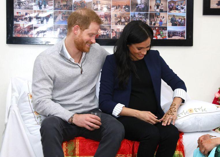 Meghan en Harry bezoeken een internaat in het Atlasgebergte en de hertogin krijgt een Henna-tatoeage.