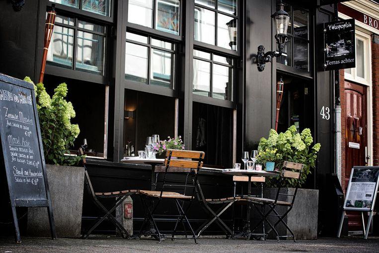 Een terrasje pak je aan de gracht, of zoals hier in de Slijkstraat. Beeld 't Weesperplein
