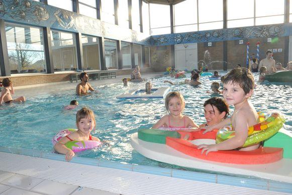 Enkele kinderen genieten van het vernieuwde zwembad.