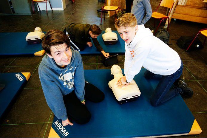 Ruben (links) kreeg het voor elkaar dat ook op zijn middelbare school een reanimatiecurus werd gegeven.