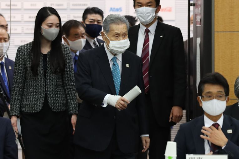 Yoshiro Mori arriveert vrijdag bij de bijeenkomst waar hij zijn aftreden bekendmaakt. Beeld AFP