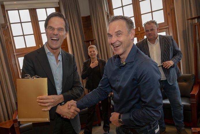 Minister-president Mark Rutte zet ondernemer Peter de Graaf van recreatiebedrijf De Maathoeve uit Heeten in het zonnetje. Hij doet dat op de Dag van de Ondernemer.