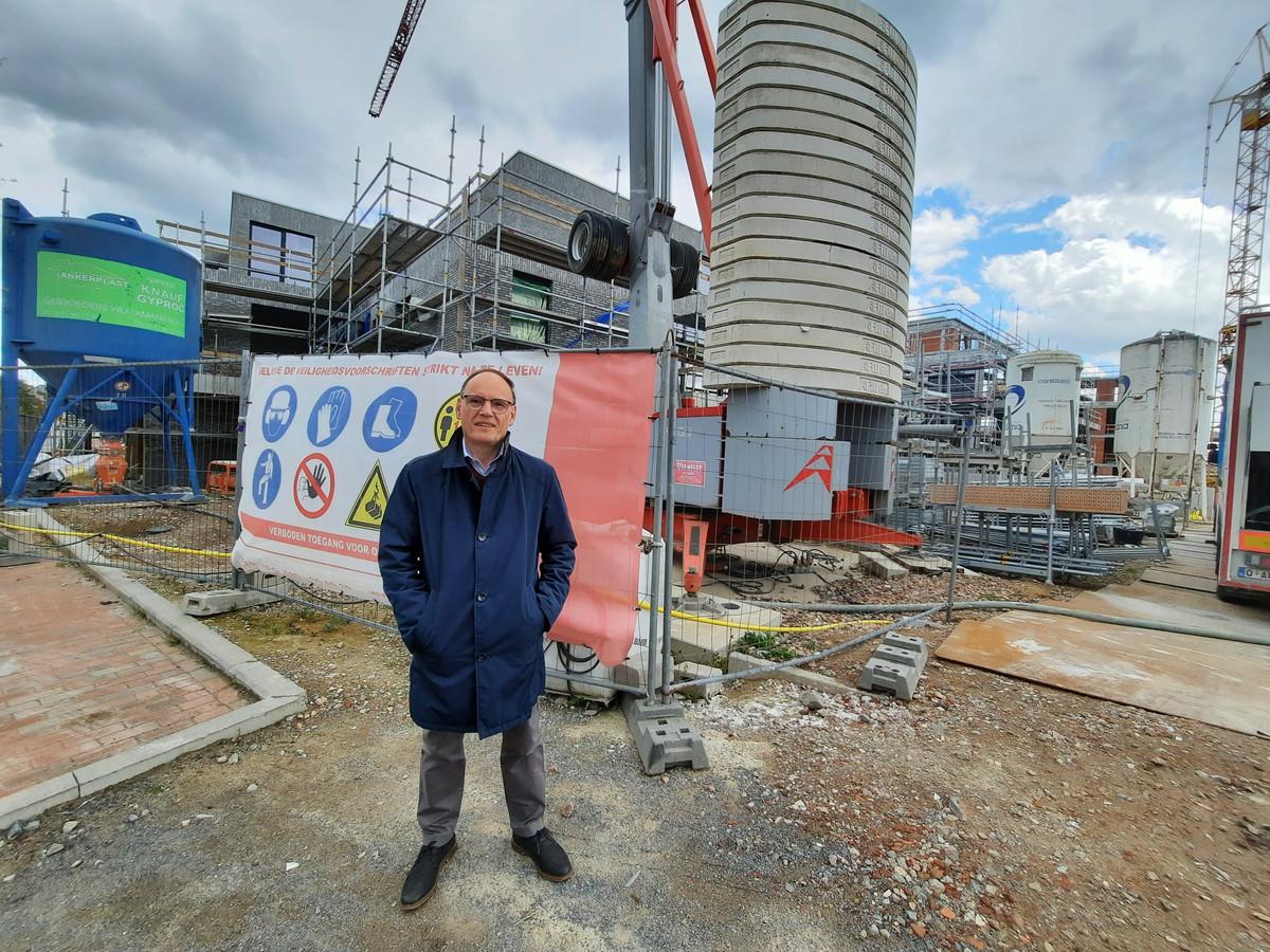 Voorzitter van de commissie Wonen en Werken Leo Verstichel, bij het woonproject in Broeke waar 50 appartementen worden gebouwd.