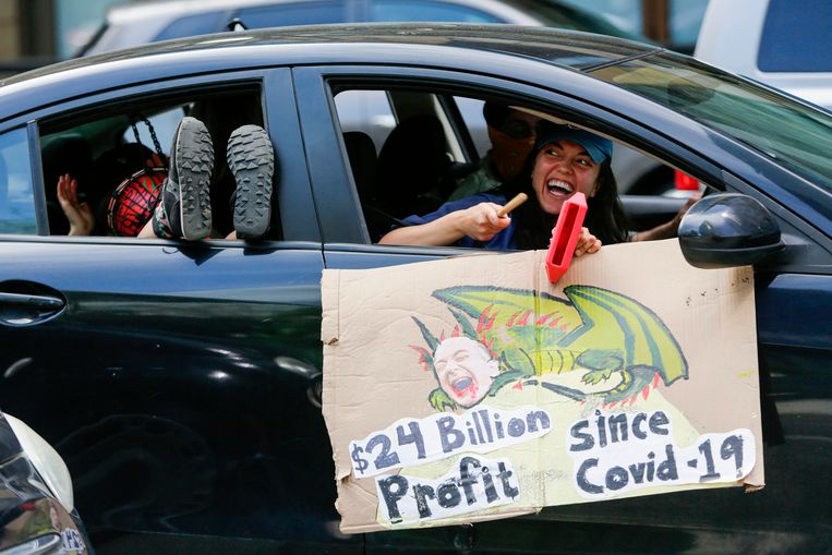 Amerikaanse actievoerders tegen multinational Amazon en zijn baas Jeff Bezos. Beeld AFP