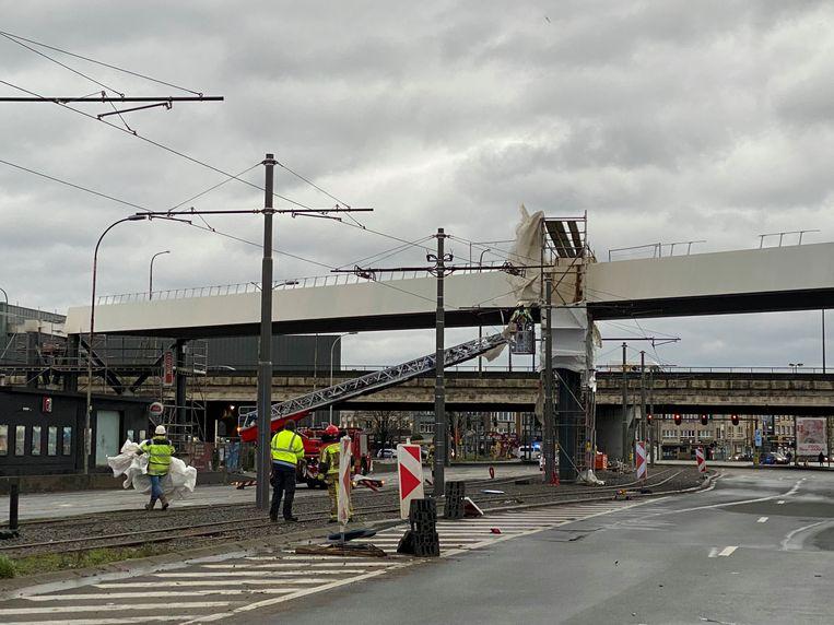 De nieuwe voetgangersbrug dreigt los te komen.