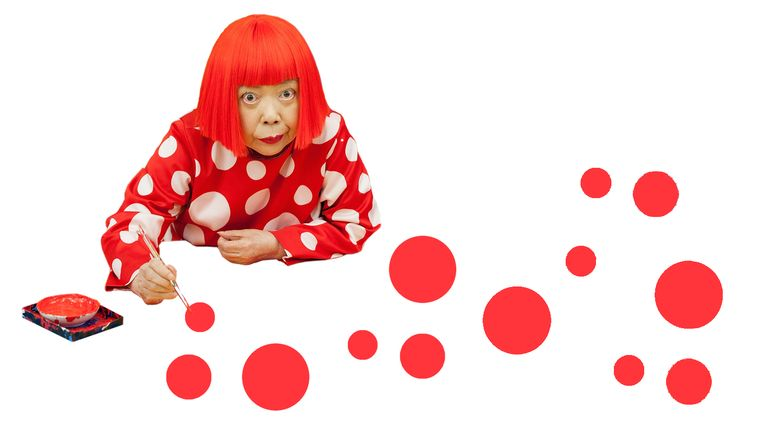 Japanse kunstenaar Yayoi Kusama met haar stippen. Beeld Foto getty/bewerking studio V