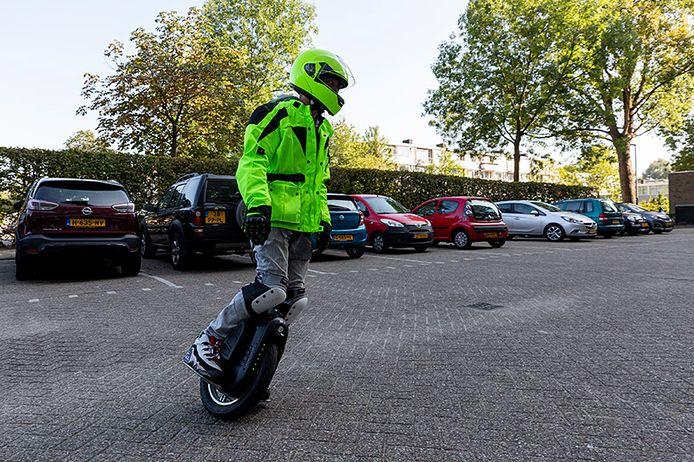 Bob Richters op zijn in beslag genomen elektrische eenwieler. Hij rijdt er mee over fietspaden en de topsnelheid van de eenwieler is 40 kilometer per uur.