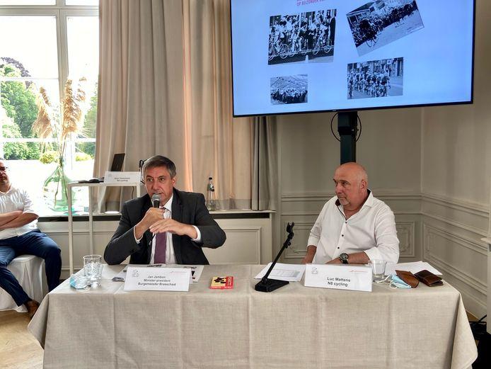 Zittend burgemeester van Brasschaat Jan Jambon (N-VA) aan het woord op de persconferentie