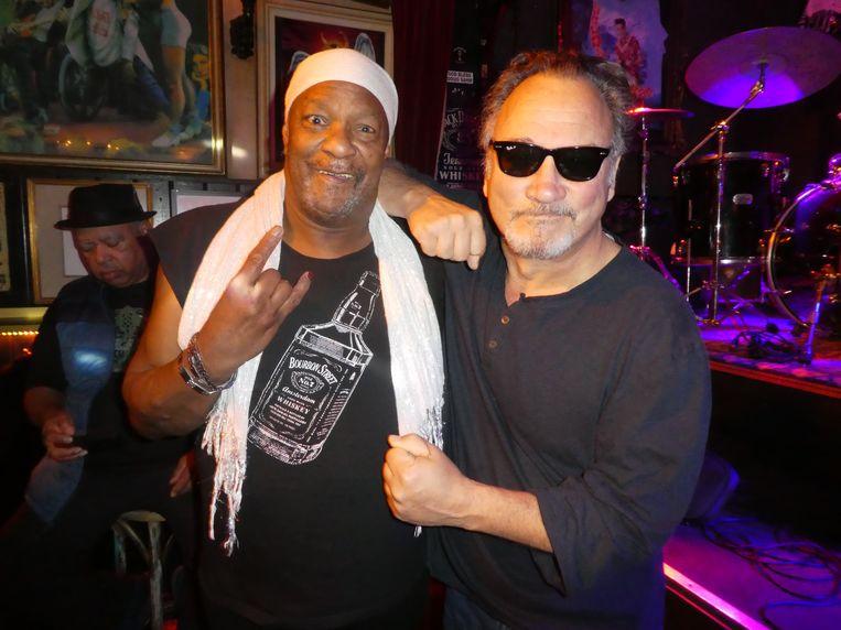 """Zanger-gitarist Lamar Chase en wietboer Jim Belushi. Antwoord op de vraag: """"Ook! Het is alles bij elkaar.  Het is de muziek, het is het medicinale en het is een missie van God."""" Beeld Hans van der Beek"""