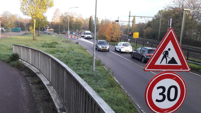 Verkeerslichten zorgen ervoor dat het verkeer tijdens de werkzaamheden langs de rotonde kan blijven rijden. De aansluiting van de Stadswei (links) is volledig afgesloten.