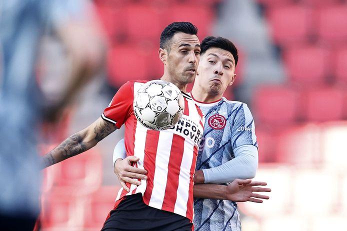 Lisandro Martínez in duel met Eran Zahavi.