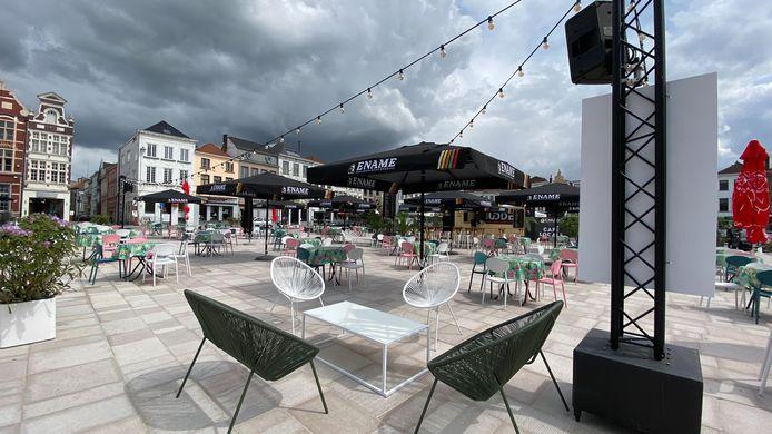 Alles staat klaar: morgen gaat het terras op de Markt in Oudenaarde open.