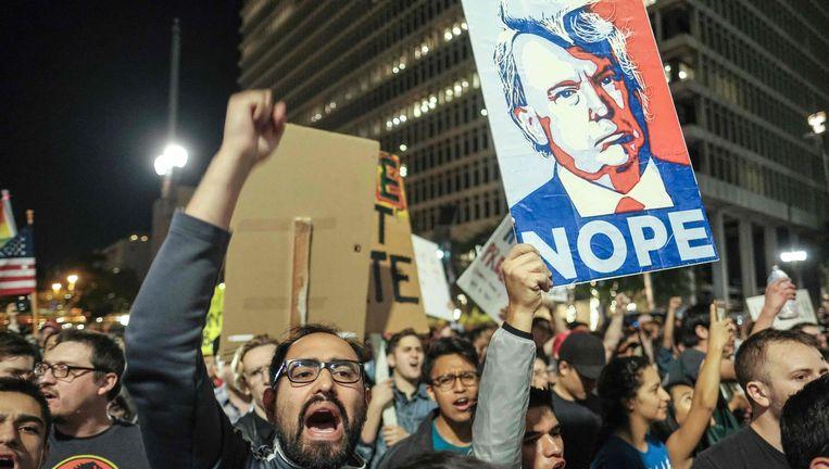 In onder meer Los Angeles gingen mensen de straat op om te protesteren tegen Trump. Beeld AFP
