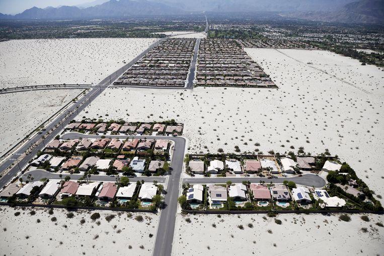 Huizen met zwembaden in Palm Springs, een aangelegde oase in de woestijn. Beeld REUTERS