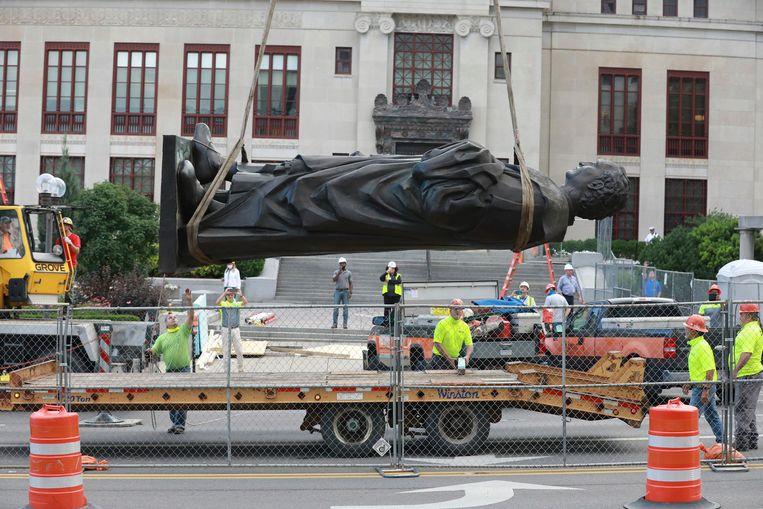 Het Columbusbeeld in Columbus (Ohio) wordt verwijderd na protesten en vervangen  Beeld AP