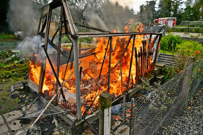 Een broeikas op het moestuincentrum aan de Le Sage ten Broekstraat in Valkenswaard brandde dinsdagmiddag uit.