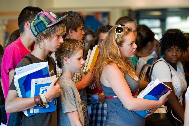 Leerlingen van Gereformeerde Scholengemeenschap Guido de Bres in Amersfoort leveren hun schoolboeken in.  Beeld ANP
